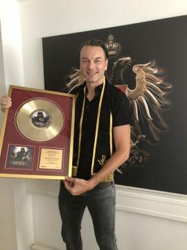 """Markus Riedler mit der goldenen Schallplatte für """"Blessed & Possessed"""" von Powerwolf."""
