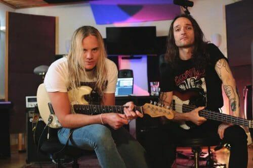 Ein Foto der Band Enforcer im Studio